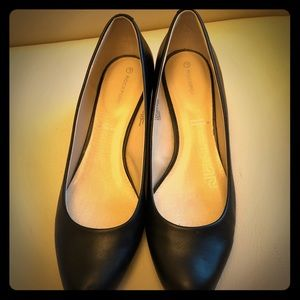 Black leather Rockport kitten heel pumps